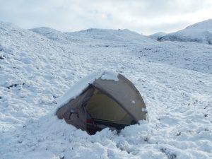 Neuschnee um und auf dem Zelt