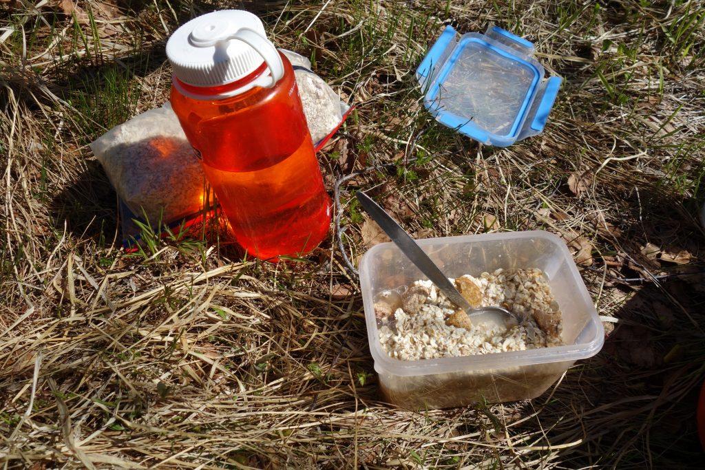 Trekking-Mahlzeit beim weiten Wandern