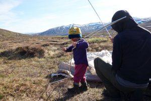 Kind beim Test der Zeltstangen