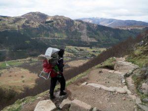 Abstieg vom Ben Nevis mit Kraxe auf dem Rücken