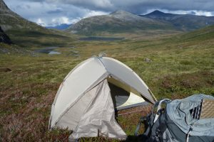 Zelt vor dem Hintergrund von weiter Landschaft und hohen Bergen in Norwegen