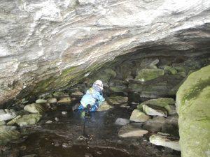 Eine ausdauernde kleine Höhlenforscherin
