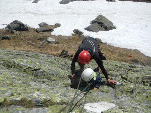 Mama-Support: Kleinkind und Mutter klettern einen Felsen hinauf