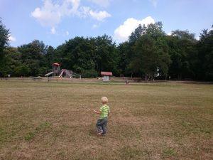Kind vor Kinderspielplatz