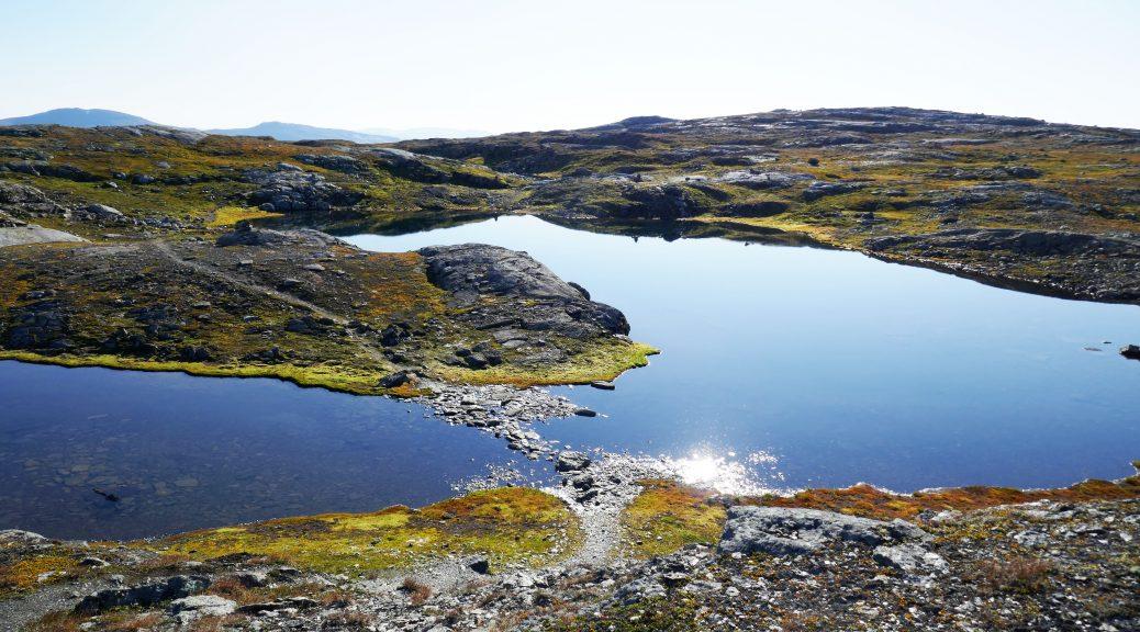 Weite der Hochebene, mit Sonne und Seen