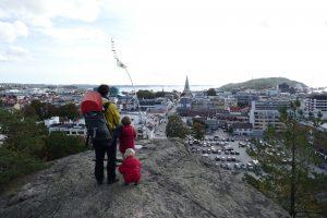 Die Familie blickt über die Altstadt von Kristiansand und auf das Meer dahinter