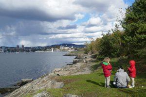 Blick auf Oslo und unsere Kinder, die gerade eine Insel vor der Stadt erkunden