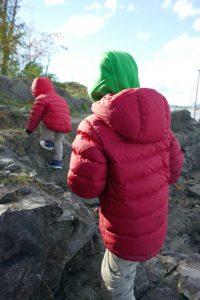 Entdecker-Kinder mit warmen Winterjacken (auch ohne Schnee) draußen unterwegs