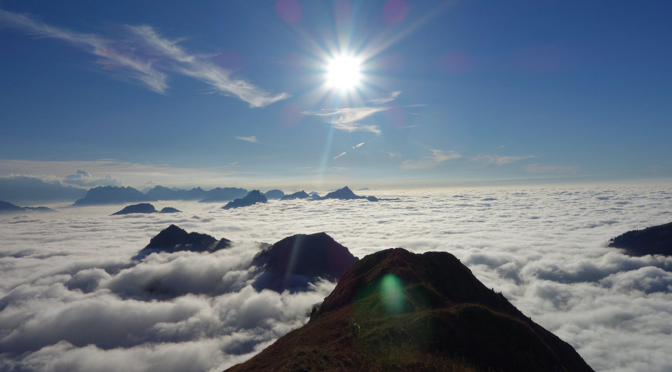 Sonne über dem Wolkenmeer, das auf dem Bodensee liegt