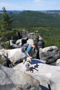 Mutter und Sohn zusammen auf einem Gipfel der sächsischen Schweiz