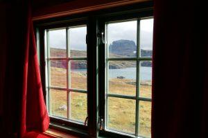Blick aus dem Fenster einer Berghütte in Norwegen auf den Berg Hårteigen