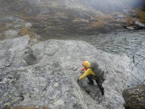 Schwieriger Übergang über einen Bach in Norwegen
