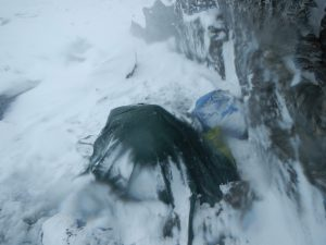 Provisorisches Biwak-Zelt im Schneesturm