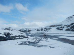 Sonnige Winterlandschaft in Norwegen mit Kindern mittendrin.