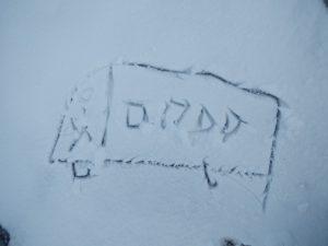 Ein Schnee-Schulbus, in den Schnee gezeichnet
