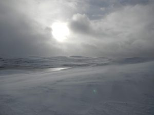 Mystische Schnee-Wunderwelt in der Einsamkeit der norwegischen Hardangervidda-Berge
