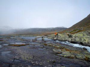 Viele kleine Brückenteile führen über einen norwegischen Fluss