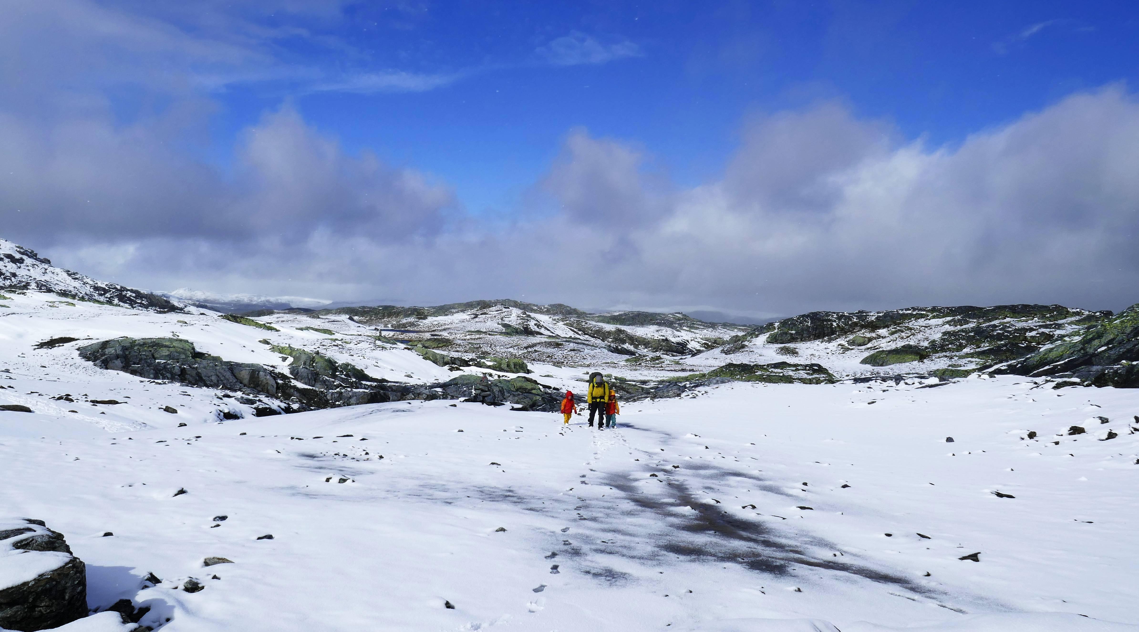 Kinder wandern durch den Schnee in Norwegen