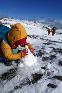 An allen Ecken werden Schneemänner gebaut!