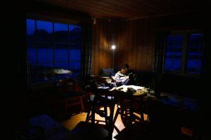 Unglaublich gemütliche Abendstimmung in der Berghütte vor einem Panoramafenster