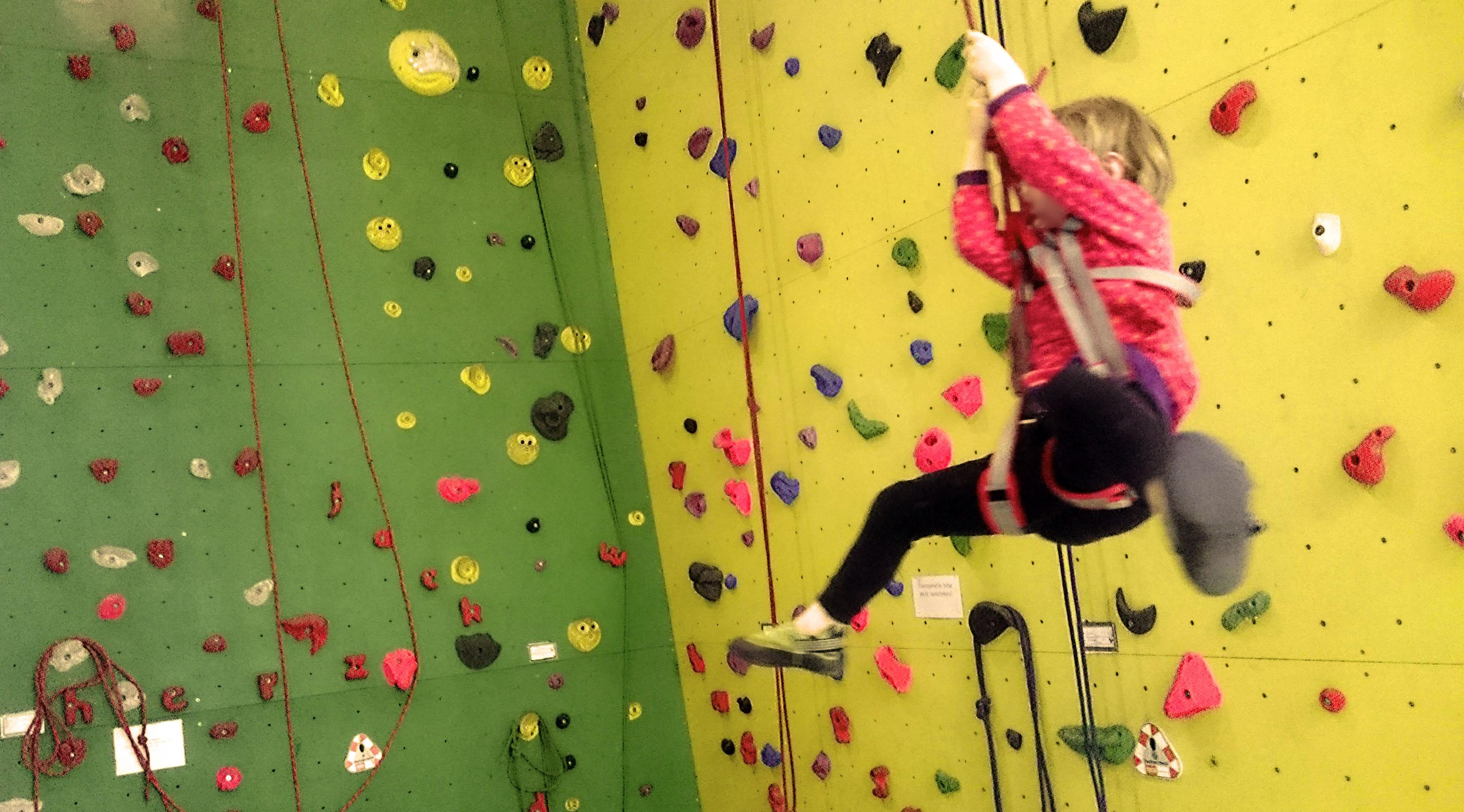 Klettern für Kinder in der Kletterhalle bedeutet auch Schwingen