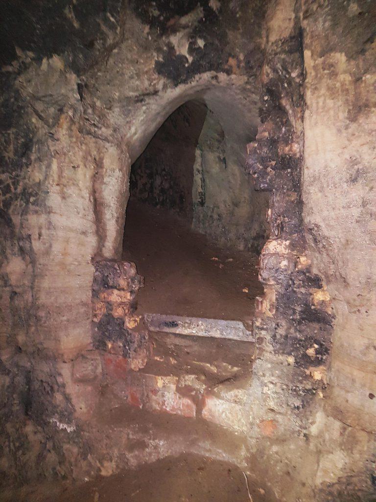 Am Ende eines Kellers wartet der Höhleneingang