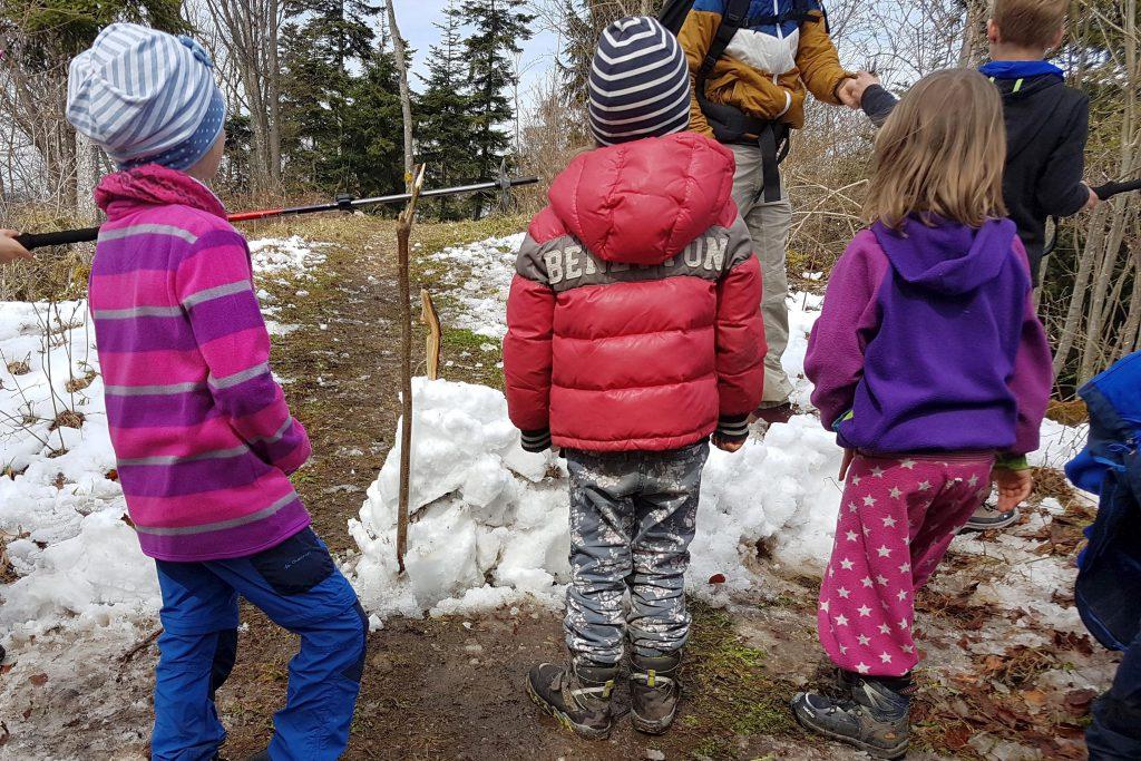 Die Kinder haben unversehens eine Straßensperre errichtet!