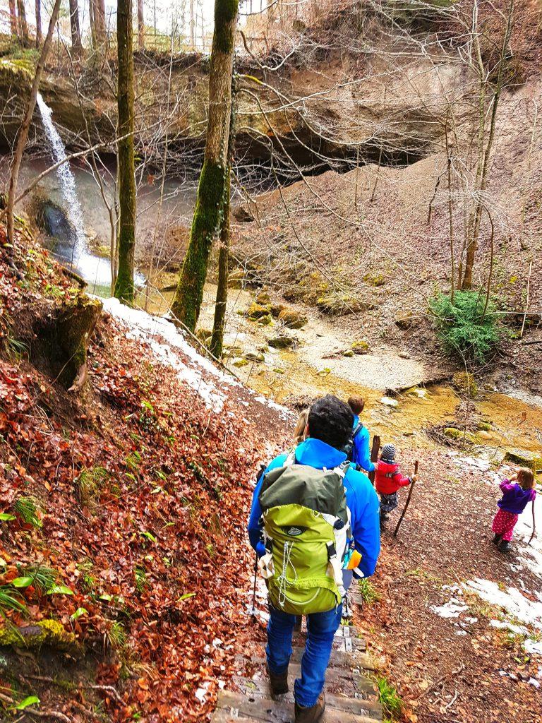 Wasserfall und Felswand, auch auf dem Rückweg