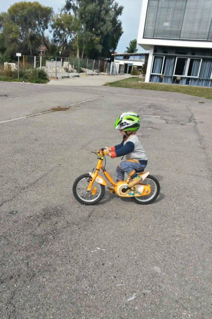 Alleine Fahrrad fahren! Ein Traum für die kleinen Kinder.
