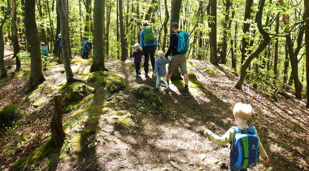 Eine Schar Kinder im Wald