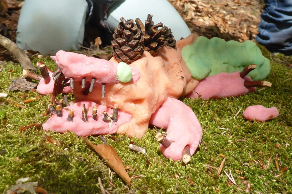 Krokodil aus Knete im Wald unterwegs