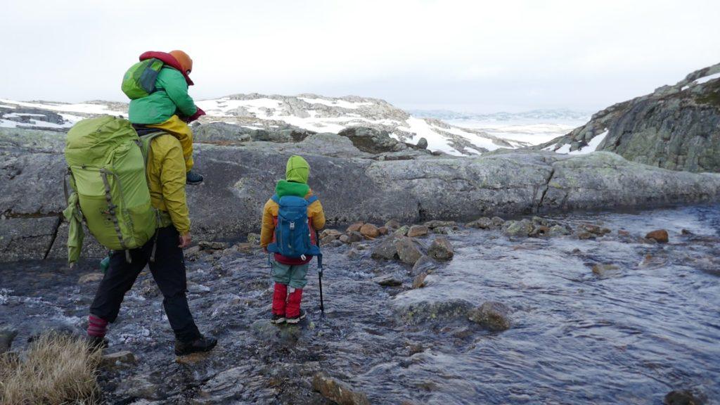Wandern mit Kindern und Rucksäcken, über Stock und Stein!