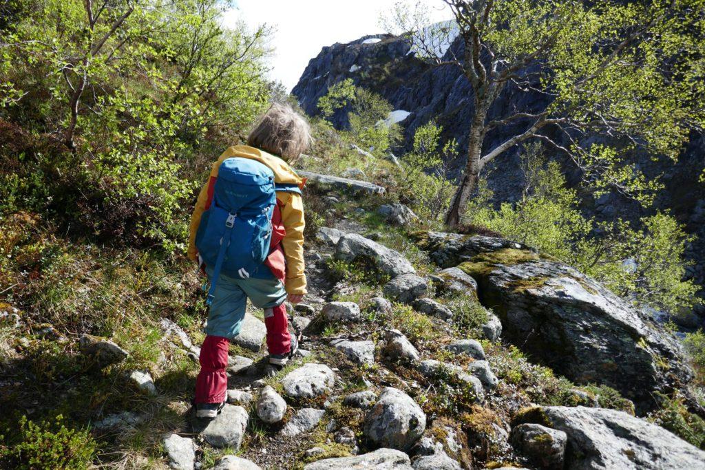 Kind mit passendem Kinderrucksack auf Wanderschaft