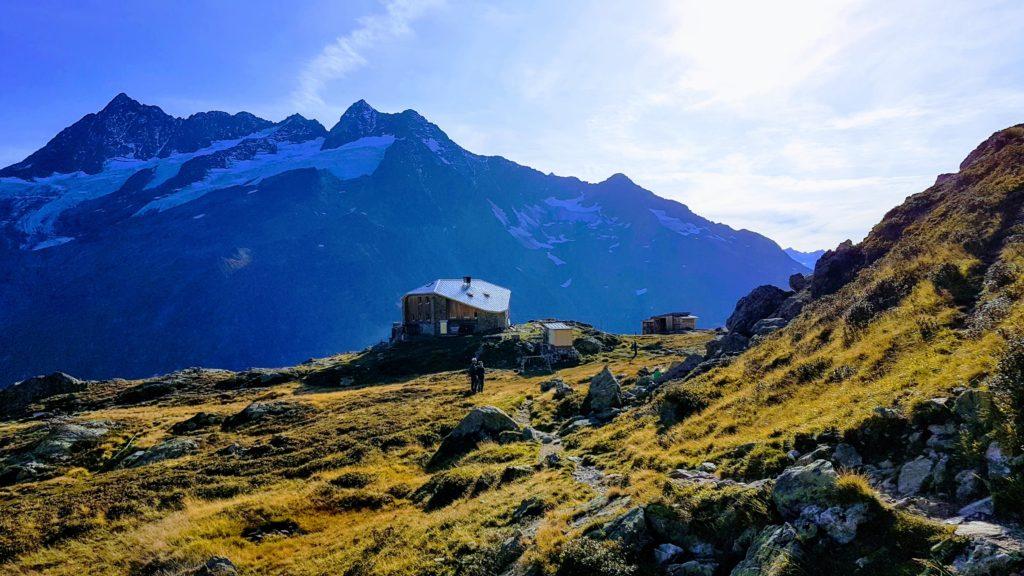 Sewen-Hütte im Abendlicht, mit Gletscher im Hintergrund