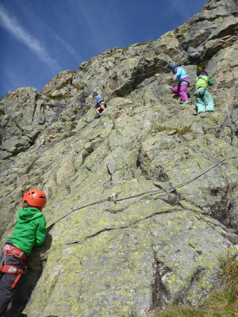 Kinder im selbstgebauten Klettersteig