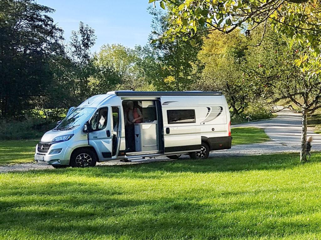 Reisemobil - ein langer Campingbus