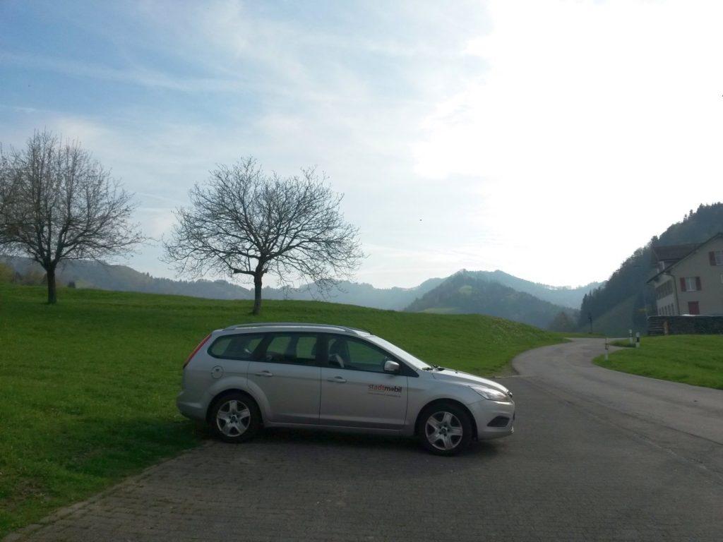 Familienauto in den Bergen