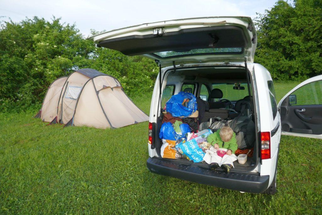 Zelten mit Kindern und Leben aus dem Auto-Kofferaum