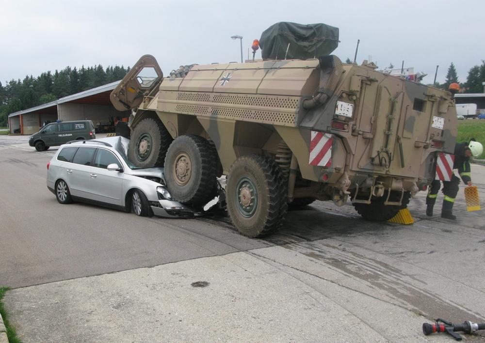 Auto gegen Panzer