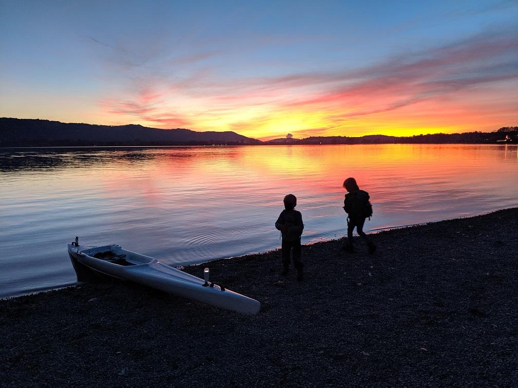 Kinder im Sonnenuntergang am Bodensee