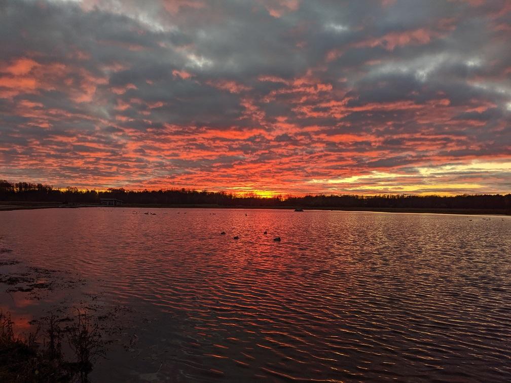 Ein Stück Hjälmaren im Sonnenuntergang, einer von vielen großen Seen in Schweden