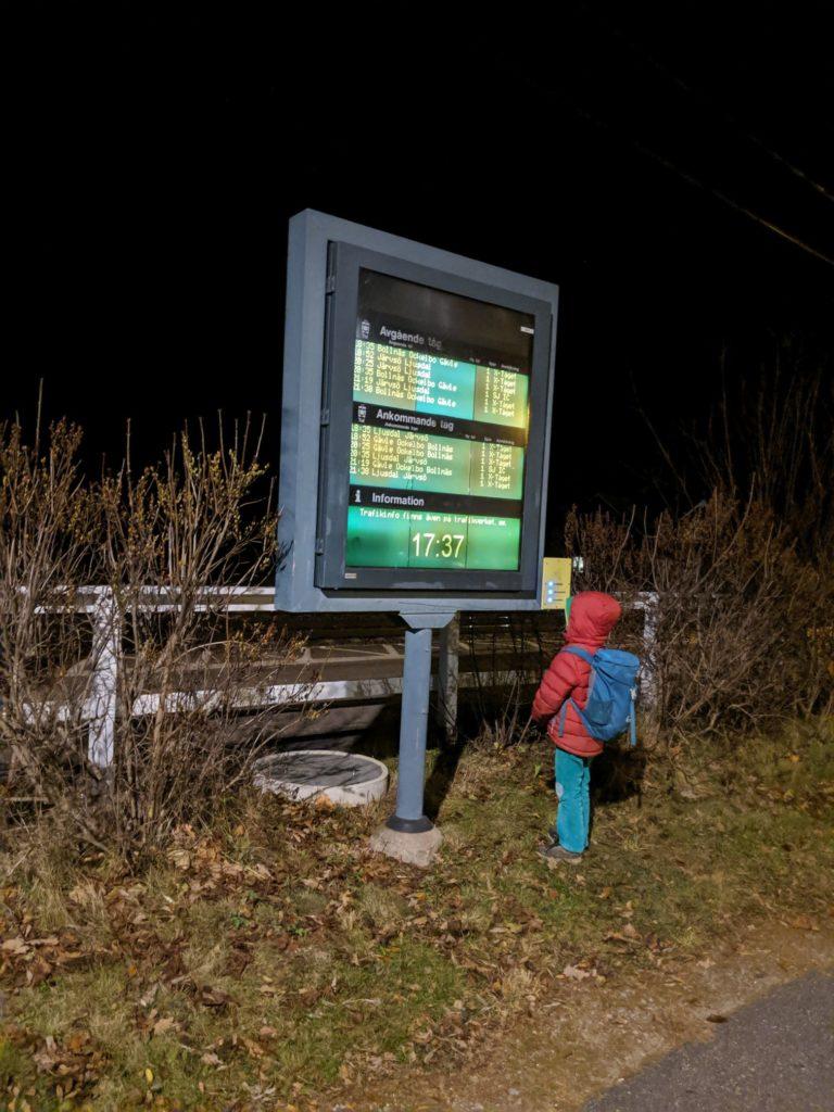 Bahnhof in Schweden bei Nacht
