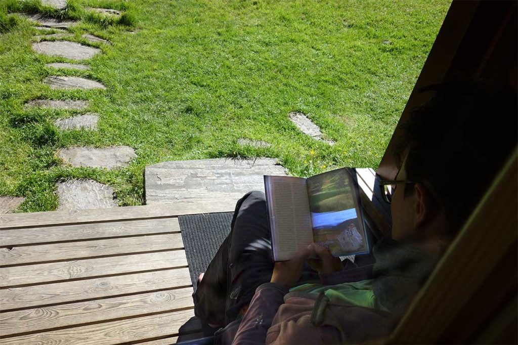 Buch zur Fjordruta vor der Hütte gelesen