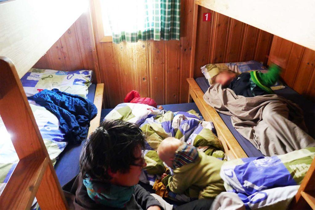 Kinder im Hüttenschlafsack