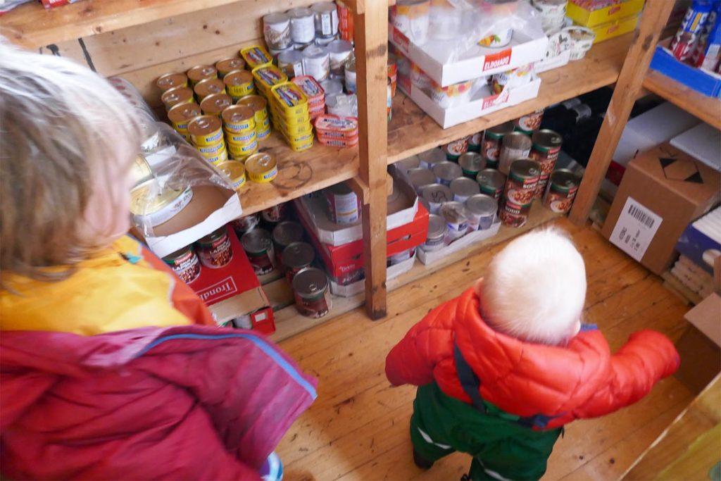 Die Hüttenwander-Kinder stürmen die Speisekammer