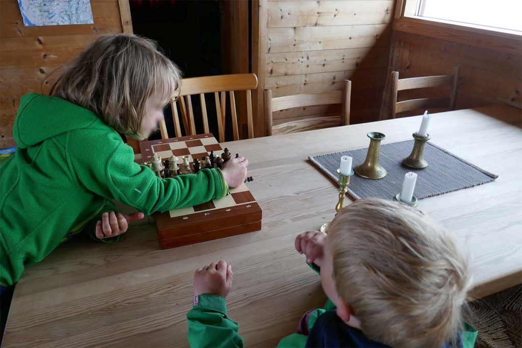 Kind bei den ersten Schachspiel-Versuchen