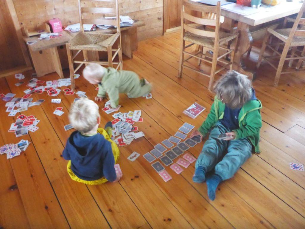 Kinder spielen auf dem Hüttenboden