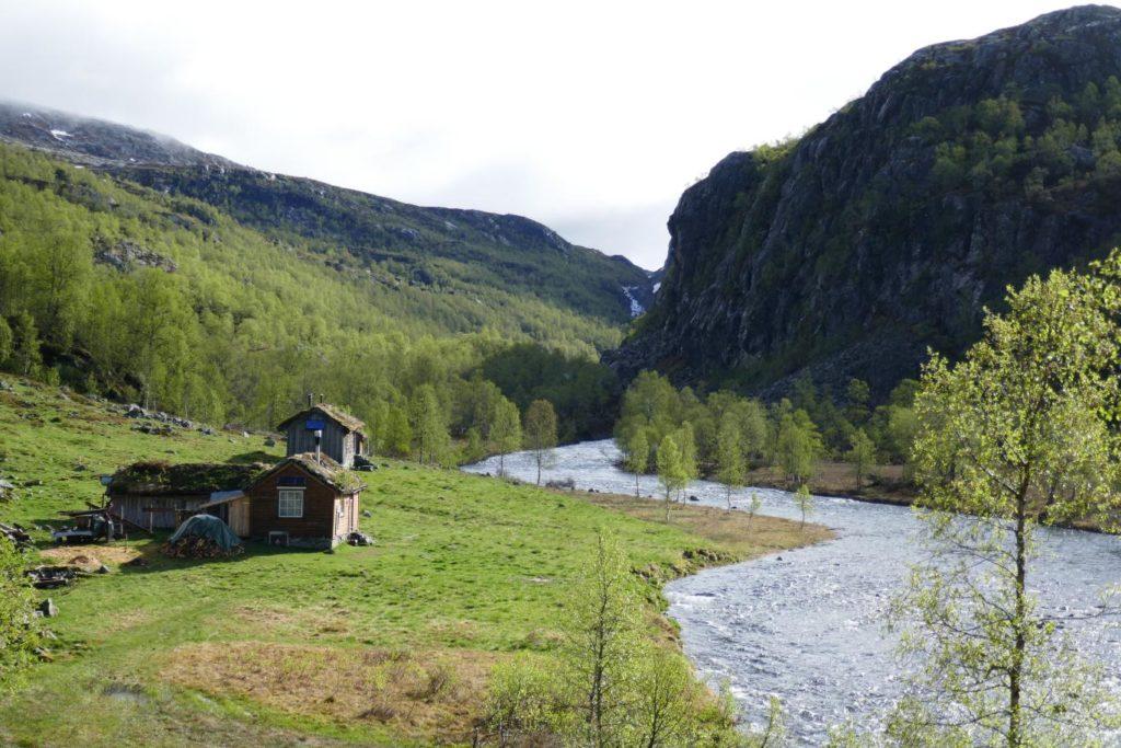 Idyllische Hütte am Fluss