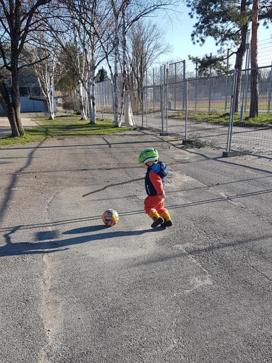 Kind mit Stock beim Hockey spielen