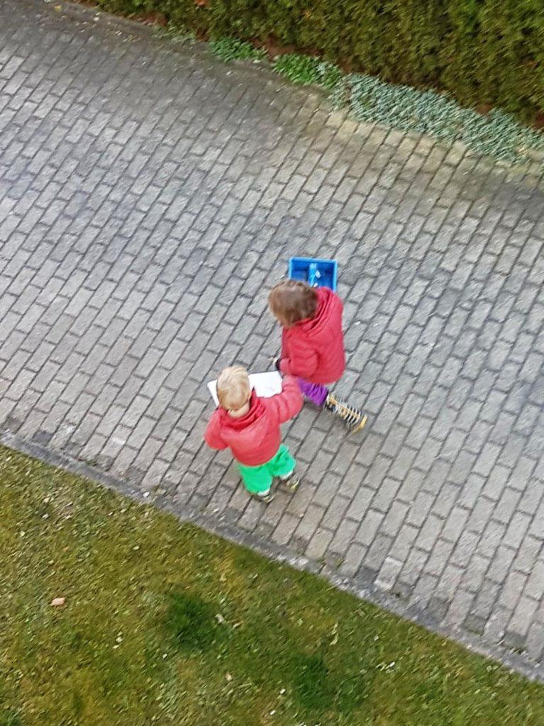 Kinder, mit Auftrag alleine unterwegs